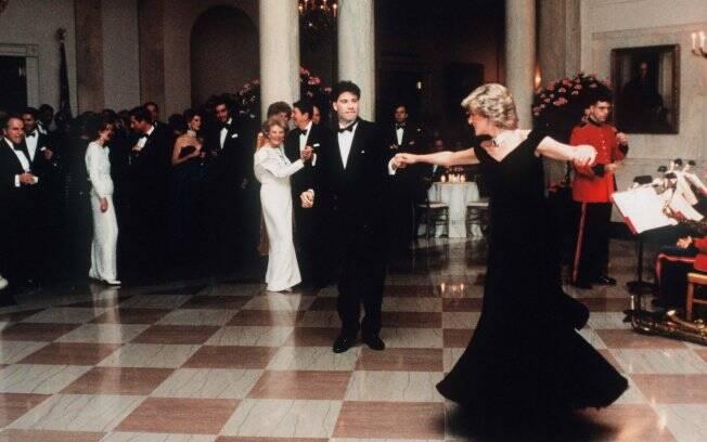 Diana e John Travolta dançam em jantar na Casa Branca em 1985, observados pelo presidente Ronald Reagan e a mulher, Nancy