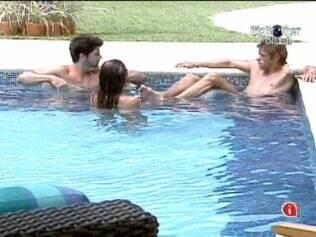 Confinados se refrescam na piscina