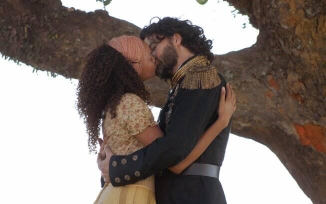 Cordel Encantado - Rei Augusto e Maria Cesária se beijam