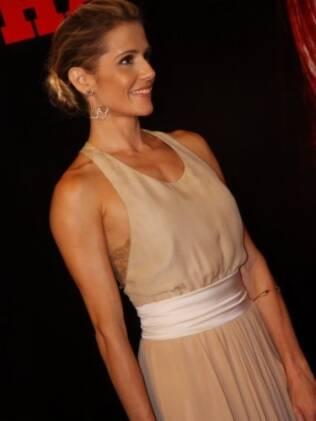 Deborah Secco escolheu um look comportado para o evento