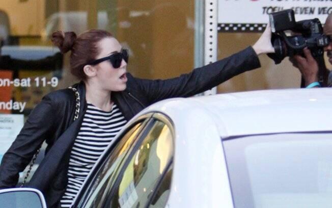 Miley Cyrus discute com paparazzo