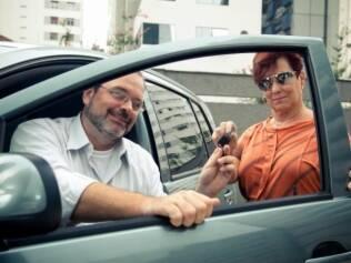 O executivo Álvaro Luis Cruz e a aposentada Jacy Martins de Oliveira compartilham um dos carros do sistema paulistano