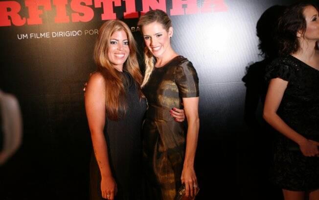 Deborah Secco e Raquel Pacheco posam juntas na estreia de