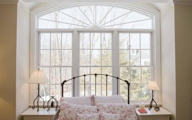 Um quarto com boas energias deve ter a cama em uma posição da qual seja possível enxergar a saída do quarto