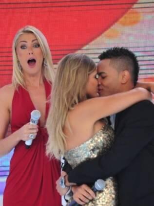 Dentinho e Dani Souza assumem o namoro no palco do