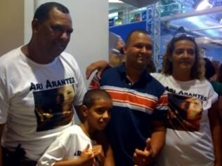 Família de Ariadna veste camiseta e torce pelo retorno da cabeleireira ao confinamento