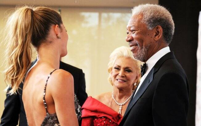 Gisele, Hebe e Morgan Freeman conversam antes de posar para fotos