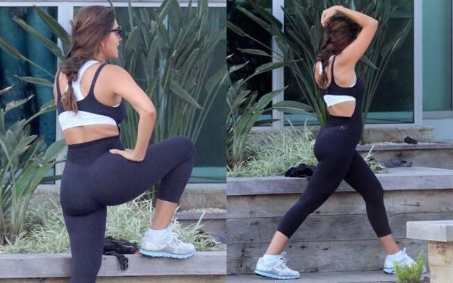 Acompanhada de sua personal, Juliana se alongou bastante antes dos exercícios