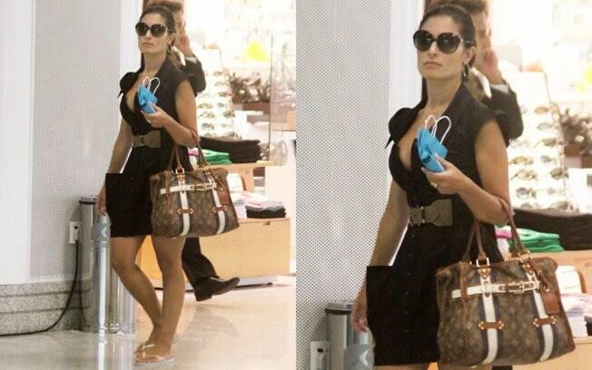 Disciplente e nada chique. Franciely Freduzeski tentou combinar os chinelos com vestido preto, cinto de couro e bolsa Louis Vuitton. Não, né?