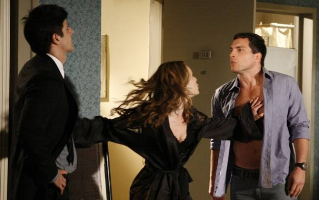 Clara tenta separar a briga entre Fred e Diogo