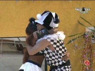 Daniel e Jaqueline se abraçam, conforme indica a letra da marchinha