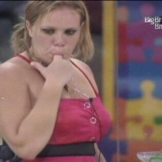 Paula lambe o dedo após fazer uma boquinha