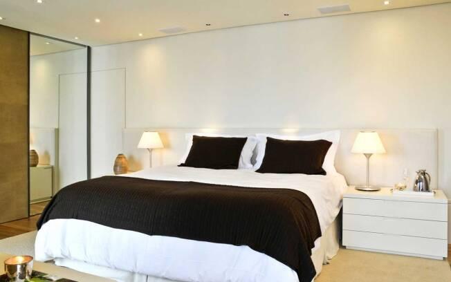 O móvel de três gavetas segue as propostas da decoração do quarto, marcada por tons neutros e linhas retas. A peça foi desenhada pela arquiteta Débora Aguiar