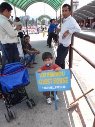 Felipe, ao lado do carrinho, espera o transporte para a hospedagem em Katmandu, no Nepal