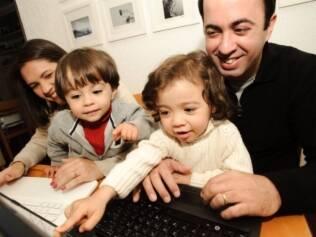 Os gêmeos Bianca e Lucas no colo dos pais, Márcio e Leilane