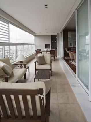 A instalação do vidro na varanda ampliou a sala do apartamento assinado por Andréa Parreira