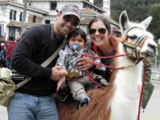 Felipe, montado em uma lhama, e os pais viajantes: enfrentando a altitude de Bogotá