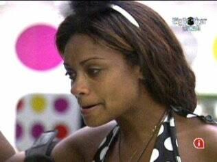 Jaqueline chora ao ver foto da mãe