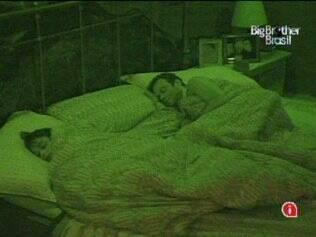 Paulinha desiste, e apenas Maria e Daniel dormem no Quarto do Líder