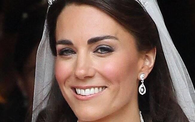 Foi a própria noiva quem fez sua maquiagem: escolheu batom pêssego, blush rosa e os olhos marcados por lápis preto