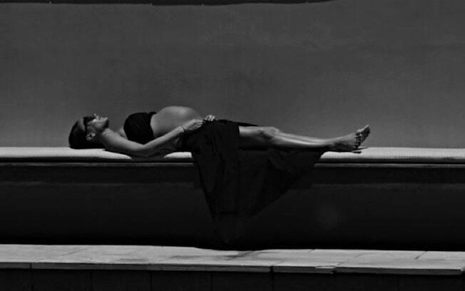 Victoria Beckham, em foto publicada pelo marido, preste a dar à luz