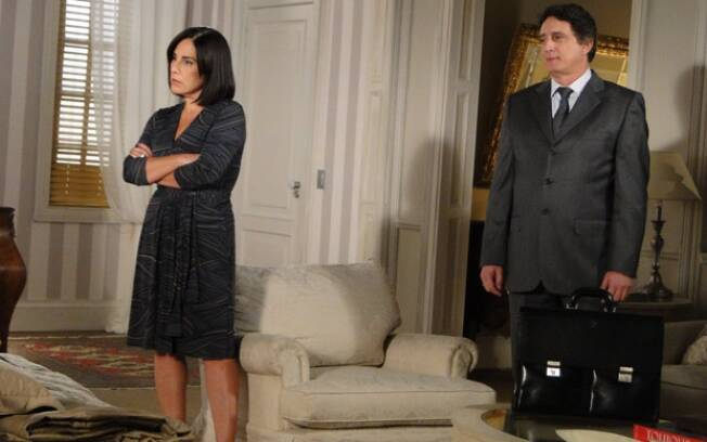 Norma e Wagner conversam diante de Léo
