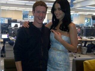 Katy Perry posa com Mark Zuckerberg no quartel-general do Facebook