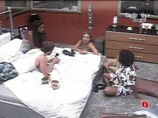 Jaque, Jana, Wesley e Natália conversam no Quarto do Líder