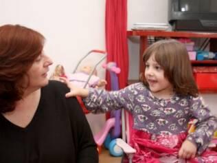 Malena brinca com Maria Eduarda: mãe aos 42, ela compensa a limitação física com a experiência de vida