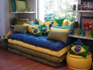 Deixe a casa no clima da Copa com almofadas e capas de sofá verde e amarelos