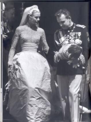 Grace Kelly conheceu o príncipe de Mônaco, Rainier Grimaldi no Festival de Cannes, em 1955. Um ano depois, eles se casaram e ela se tornou um ícone das princesas modernas