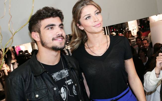 Caio Castro e Grazi Massafera posam para fotos