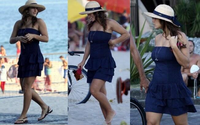 A atriz caminha pela orla carioca já com a barriguinha saliente
