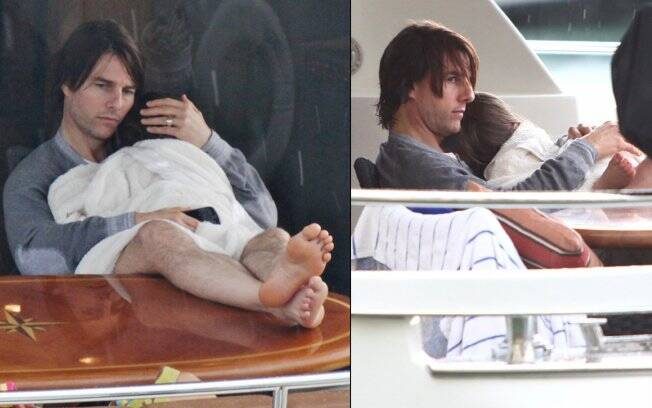 Tom Cruise com a pequena Suri descansando após o dia no mar