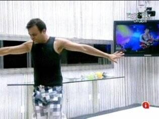 Daniel dança ao som do Skank