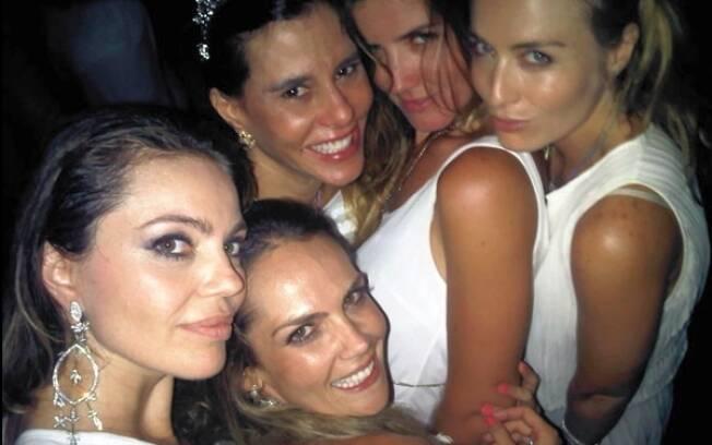 Com Narcisa Tamborindeguy e outras amigas, a apresentadora se divertiu na noite de ano-novo