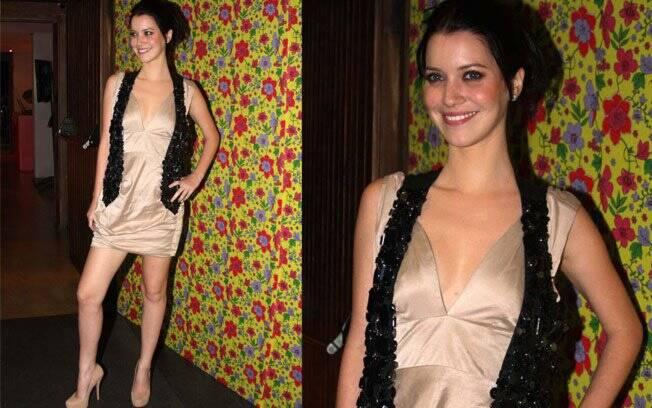 Nathalia Dill, que vive sua primeira vilã na telinha, escolheu um colete bordado para complementar o look nude