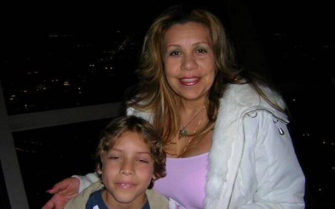 Mildred Baena posa com o filho, provável fruto do relacionamento com Arnold Schwarzenegger
