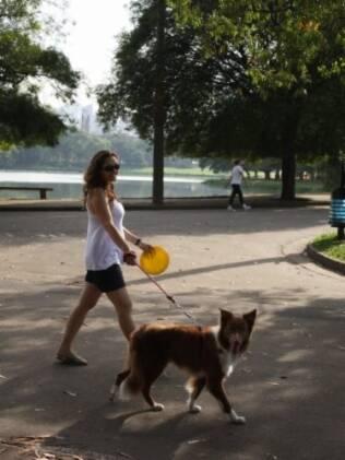 Ana Elisa, grávida de cinco meses, passeia com o Gnhocchi no parque do Ibirapuera