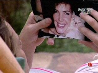 Diana acaricia a foto de seu gatinho de estimação