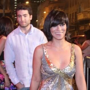 Suzana Pires chega à festa acompanhada do novo affair