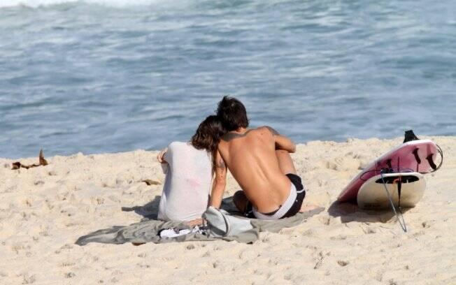 Paulinho Vilhena e Thaila Ayala juntos na praia Recreio dos Bandeirantes