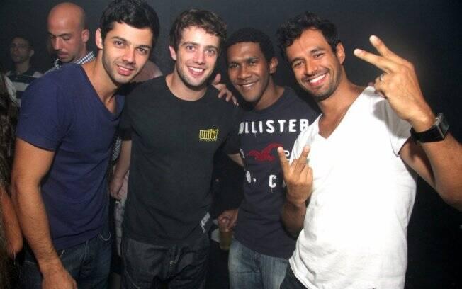Rafael Cardoso e os amigos posam para foto