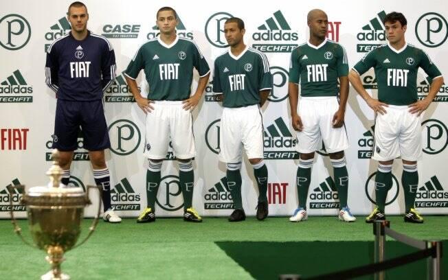292c68ebc3 Jogadores posam com o novo uniforme número um do time apresentado nesta  terça-feira.