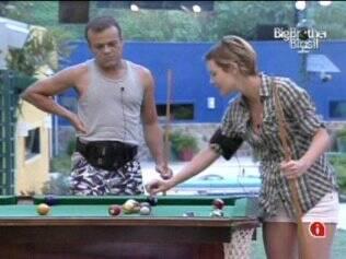 Daniel joga sinuca com Diana