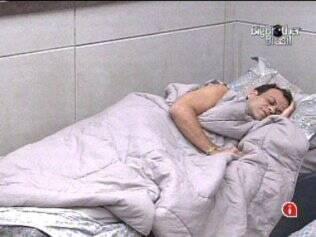 Apesar de música alta e luz forte, Dani continua dormindo