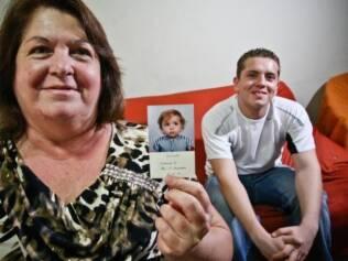Leonardo e Marilena, com uma foto de quando o filho era bebê: