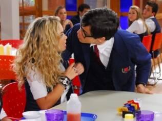 Téo tenta beijar Roberta