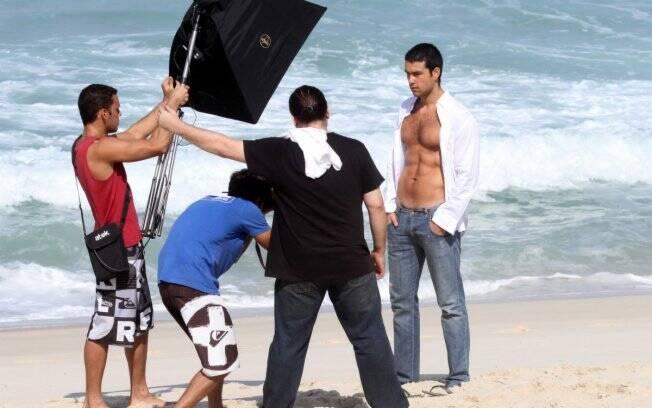Sérgio Marone durante sessão de fotos na praia