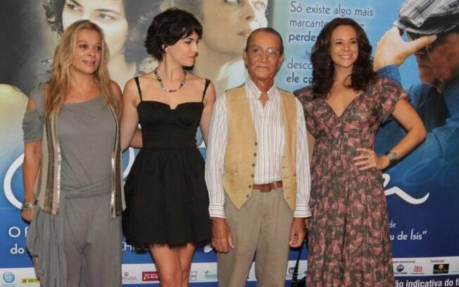 Nelson Xavier com as atrizes Vanessa Gerbelli, Tainá Müller e Via Negromonte